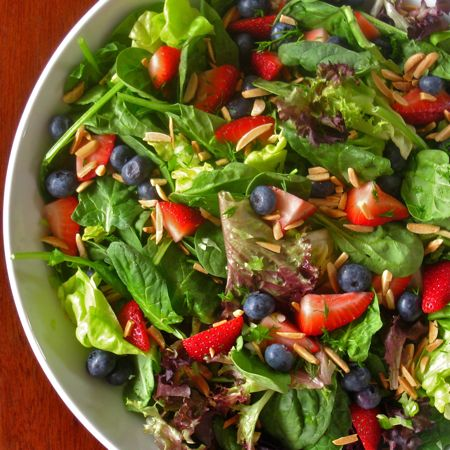 Spinach and Berries Salad with Dill